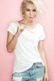 Modelo de moda con las gafas de sol un fondo rosado Fotos de archivo