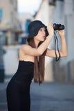 Modelo de moda con los prismáticos fotos de archivo