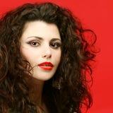 Modelo de moda con maquillaje y pelo rizado Imagen de archivo