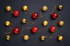 Modelo de moda con oro de la Navidad del brillo y bolas rojas en a Imagen de archivo libre de regalías