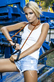 Modelo de moda con salto de la cuerda Foto de archivo libre de regalías