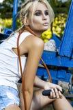 Modelo de moda con salto de la cuerda Imagenes de archivo