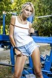 Modelo de moda con salto de la cuerda Fotos de archivo