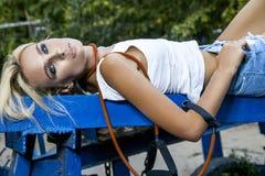 Modelo de moda con salto de la cuerda Fotografía de archivo