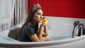 Modelo de moda con un pato de goma en las manos de actitudes estáticas almacen de video