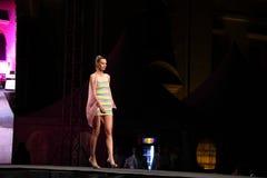 Modelo de moda con un vestido corto Imagen de archivo