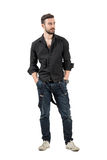 Modelo de moda confiado joven en la camisa negra que mira lejos Imágenes de archivo libres de regalías