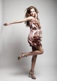 Modelo de moda de gama alta con el pelo rizado Imagen de archivo libre de regalías