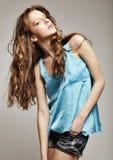 Modelo de moda de gama alta con el pelo rizado Fotos de archivo