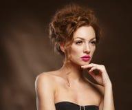 Modelo de moda de la belleza Girl con el pelo rojo rizado, pestañas largas. fotografía de archivo