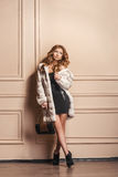 Modelo de moda de la belleza Girl en el abrigo de pieles blanco del visión Foto de archivo libre de regalías