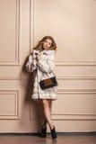 Modelo de moda de la belleza Girl en el abrigo de pieles blanco del visión Fotos de archivo