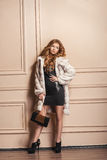 Modelo de moda de la belleza Girl en el abrigo de pieles blanco del visión Imagen de archivo