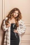 Modelo de moda de la belleza Girl en el abrigo de pieles blanco del visión Imagen de archivo libre de regalías