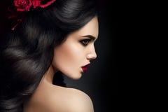 Modelo de moda de la belleza Girl Portrait con las rosas Fotos de archivo libres de regalías