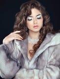 Modelo de moda de la belleza Woman en Mink Fur Coat Morenita Gir del invierno Imágenes de archivo libres de regalías