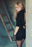 Modelo de moda de la belleza Woman en vestido negro Foto de archivo libre de regalías