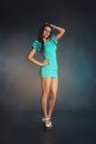 Modelo de moda de la muchacha en vestido azul Fotos de archivo