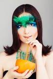 Modelo de moda de la mujer de Yound con el cóctel Fotos de archivo