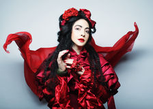 Modelo de moda del encanto en traje del rojo de la elegancia Imagen de archivo libre de regalías