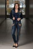 Modelo de moda del encanto Wearing Blue Pants y chaqueta Imágenes de archivo libres de regalías