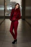 Modelo de moda del encanto Wearing Red Pants y chaqueta Foto de archivo