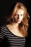 Modelo de moda del jengibre en camiseta rayada Foto de archivo