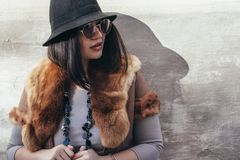 Modelo de moda del tamaño extra grande sobre la pared gris de la calle Fotografía de archivo