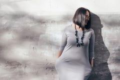 Modelo de moda del tamaño extra grande sobre la pared gris de la calle Imagen de archivo libre de regalías