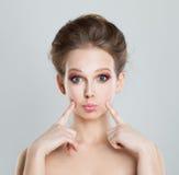 Modelo de moda divertido de la muchacha Waiting un beso fotos de archivo libres de regalías
