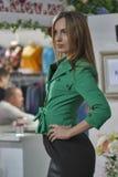 Modelo de moda en chaqueta verde Fotografía de archivo