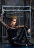 Modelo de moda en el fondo de la jaula imagen de archivo libre de regalías
