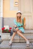 Modelo de moda en la ciudad Fotografía de archivo libre de regalías
