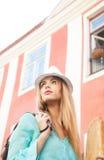 Modelo de moda en la ciudad Fotos de archivo