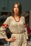 Modelo de moda en la demostración de la moda 2013 de Kyiv Foto de archivo