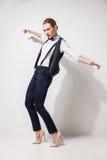 Modelo de moda en los pantalones, el top, la corbata de lazo negra y el chaleco presentando sobre blanco Fotos de archivo