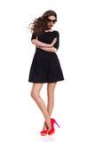 Modelo de moda en Mini Dress negro Fotos de archivo
