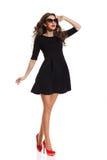 Modelo de moda en Mini Dress negro y tacones altos rojos Fotos de archivo libres de regalías