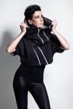 Modelo de moda en negro de moda Imágenes de archivo libres de regalías