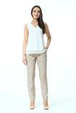 Modelo de moda en pantalones beige estrictos casuales de las bragas del verano y la camiseta blanca Fotografía de archivo