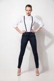 Modelo de moda en pantalones negros y el top que presentan sobre blanco Imagen de archivo libre de regalías