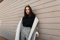 Modelo De Moda Europeo De La Mujer Joven En Pantalones Elegantes Grises En Una Camisa Negra En Una Chaqueta A Cuadros Que Plantea Foto De Archivo Imagen De Elegantes Negra 145601020