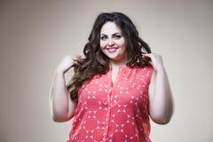 Modelo de moda feliz del tamaño extra grande en ropa casual, mujer gorda en fondo beige, cuerpo femenino gordo Foto de archivo