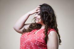 Modelo de moda feliz del tamaño extra grande en ropa casual, mujer gorda en fondo beige, cuerpo femenino gordo Fotos de archivo