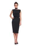Modelo de moda femenino en zapatos negros del vestido y de los tacones altos Imágenes de archivo libres de regalías