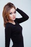 Modelo de moda femenino hermoso que presenta en vestido negro Fotografía de archivo