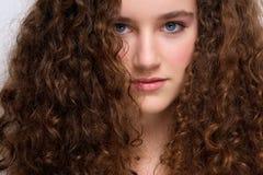 Modelo de moda femenino joven con el pelo rizado Fotos de archivo libres de regalías