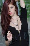 Modelo de moda femenino joven con el pelo rojo y el escote agradable Fotos de archivo