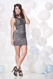 Modelo de moda femenino que presenta con un fondo del globo con un hap Fotos de archivo