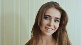 Modelo de moda Girl Face Boca sensual Clave el arte Labios atractivos hermosos Moda La muchacha la demuestra deliciosa almacen de metraje de vídeo